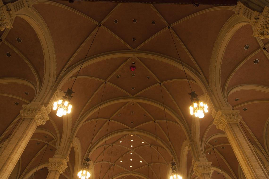 - sans titre (un ballon rouge en forme de cœur gonflé à l'hélium lâché dans une église)